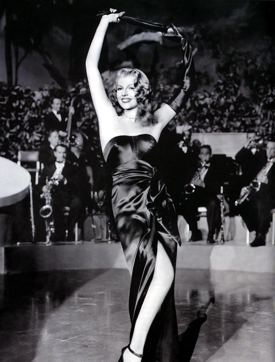 """Rita Hayworth no filme noir Gilda, de Charles Vidor, 1946-- papel que a transformou em ícone e a imortalizou. Cena clássica na qual inicia um striptease, ao memo tempo em que canta """"Put The Blame On Mame""""."""