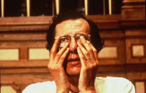 Geoffrey Rush em cena de SHINE, O BRILHANTE-um filme australiano de 1996, do gênero drama, dirigido por Scott Hicks e com roteiro que retrata a vida do pianista David Helfgott.