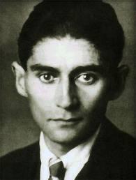 """Kafka-um gênio da literatura. """"Querido pai, Tu me perguntaste recentemente por que afirmo ter medo de ti. Eu não soube, como de costume, o que te responder, em parte justamente pelo medo que tenho de ti, em parte porque existem tantos detalhes na justificativa desse medo, que eu não poderia reuni- los no ato de falar de modo mais ou menos coerente"""". Carta ao pai-Franz Kafka"""