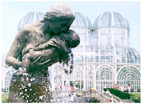 """Escultura """"Amor Materno"""" do escultor polonês João Zaco Paraná. A obra está situada junto à fonte do Jardim Botânico em Curitiba - PR e foi inaugurada em 1993."""