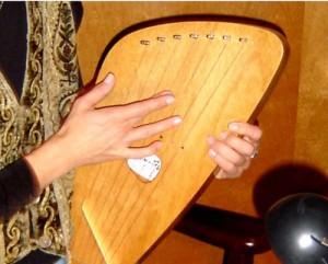 kântele-instrumento-pentatônico-usado para acompanhar contação de histórias na pedagogia Waldorf
