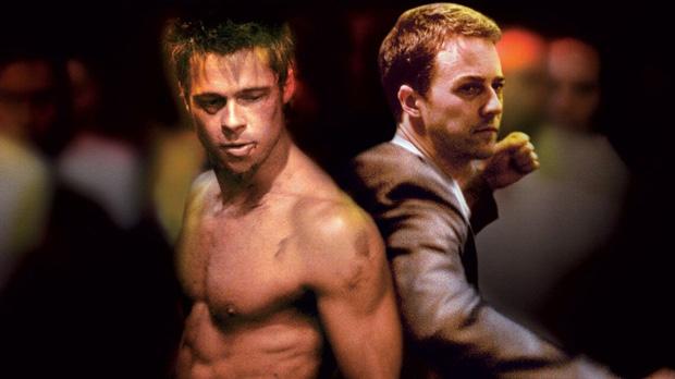 Um explosivo sofredor de insônia (Edward Norton) e um carismático vendedor de sabonete (Brad Pitt) canalizam agressão primitiva masculina transformando-a em uma nova e chocante forma de terapia. Seu conceito se difunde, e formam-se diversos clubes de luta clandestinos em cada cidade, até que uma mulher sensual e excêntrica (Helena Bonham Carter) entra em cena e desencadeia uma situação fora de controle rumo ao caos. (Clube da Luta – 1999 – David Fincher).