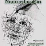 Caminhos da Neuroeducação  Glaucio Aranha e Alfred Sholl-Franco (Org.)  I.S.B.N.: 978-85-911222-0-2 Cód. Barras: 9788591122202 Altura: 21 cm. Largura: 14 cm. Edição : 2a. Edição País de Origem : Brasil Idioma : Português Número de Paginas : 144 Categoria: Educação / Neurociências  Sinopse:  A Neuroeducação surge em um espaço de fronteiras entre as neurociências, a psicologia e a educação. Trata-se de um campo ainda jovem, entretanto que vem mobilizando o interesse de estudiosos que buscam neste encontro de áreas a possibilidade de promover intercâmbios teórico-metodológicos que levem a descobertas significativas para o entendimento de temas como desenvolvimento cognitivo, atenção, motivação, emoção, aprendizagem, memória e linguagem, dentre muitos outros que se mostram essenciais para a constituição do indivíduo e de uma sociedade.  Os textos que compõem a presente obra desenvolvem reflexões a cerca da temática neuroeducação. Organizam-se em torno de três eixos temáticos: Bases e Desafios para a Neuroeducação (capítulos 1 a 4); Neuroeducação, Linguagem e Cognição (capítulos 5 a 7); e, por fim, Neuroeducação e Aprendizagem (capítulos 8 a 11).